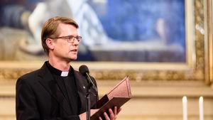 Präst läser.