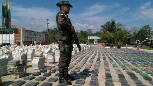 Militär vaktar rekordmängden kokain som beslagtogs i Colmbia i maj 2016.