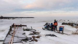 Fiskare Ulf Granqvist ser ut över den frusna fjärden innan han åker ut på fisketur