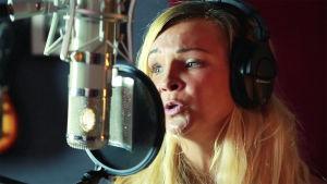 Under sin tid som au pair fick Judith möjligheten att sjunga i studio.