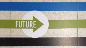 Lattian opastusviivoja Mediapoliin lattiasta sekä niihin sisältyvä nuolikuvio jossa sana Future