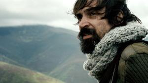 Júlio Andrade tittar ut över tt öppet landskap i rollen som Paulo Coelho