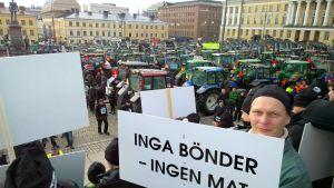 Finländska bönder protesterar på Senatstorget i Helsingfors.