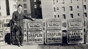 Charles Chaplin kulkurihahmon synnyn aikoihin. Arkistokuva tv-dokumentista Kulkurin synty (La naissance de Charlot).