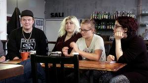 Reunalla-sarjan Markus, Kia, Minea ja Ana suunnittelemassa lyhytelokuvaa Pirkanmaan elokuvakeskuksella.