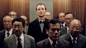 Bill Murray hississä Tokiossa. Kuva Sofia Coppolan elokuvasta Lost in Translation (2003).