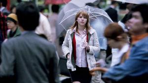 Scarlett Johansson kävelee sateessa Tokiossa. Kuva Sofia Coppolan elokuvasta Lost in Translation (2003).