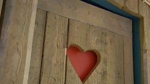 punainen sydän puuovessa