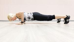 Personal trainer Anu Junnila tekee etunojapunnerrusta.