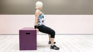Personal trainer Anu Junnila tekee ojentajapunnerrusta.