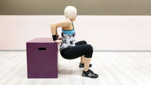 Personal trainer Anu Junnila tekee penkkidippiä.