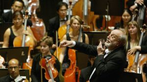 Kurt Masur dirigerar en orkester