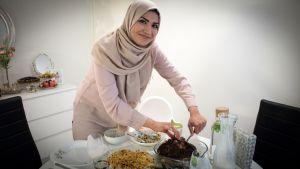 Muslimsk kvinna förbereder kvällsmåltiden iftar under ramadan.