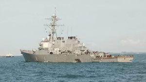 USS John S McCain har ett stort hål i sidan efter krocken med handelsfartyget.