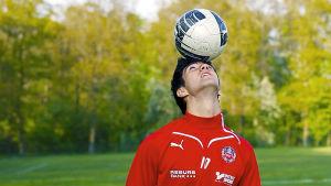 Robert Mirosavic balanserar en fotboll på huvudet i serien Blågula drömmar.