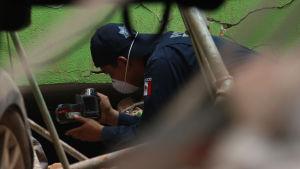 Polis använder värmekamera för att försöka hitta överlevande i ruin i Mexiko City.
