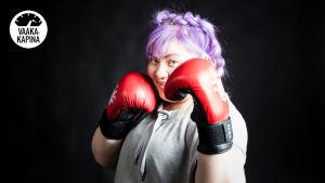 Jenny nyrkkeilee.