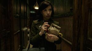 Elisa går ensam i en lång korridor.