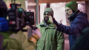 Regissören Simo Halinen ger instruktioner åt David Nzinga under inspelningen av East of Sweden.