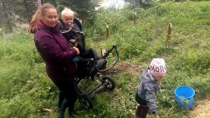 Sabina Westermark med barnen i Östanåparken i Nickby.