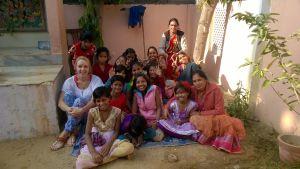 sabina bergholm i ett gruppfoto tillsammans med barn och handledare på ett indiskt barnhem.