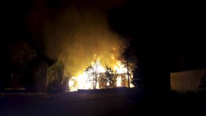 Kiihtelysvaara träkyrka står i brand.
