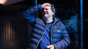 Robin Svartströmin näyttelemä psykiatrinen sairaanhoitaja Janne romahtaa itse työuupukseen. Kuvassa Janne pitelee ahdistuneena päätään.
