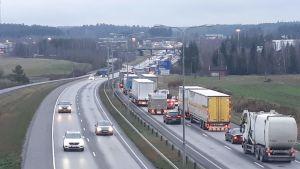 Långa köer på Åbo Omfartsväg efter en trafikolycka.