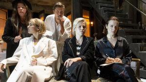 Kolme sisarta istuu sohvalla: Irina (Marja Salo), Maša (Emmi Parviainen) ja Olga (Elena Leeve). Sohvan takana perheen palvelija Njanja (Terhi Panula) sekä Andrei-veli (Eero Ritala).