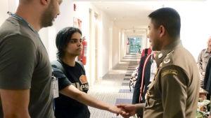 Rahaf Muhammed al-Qunun skakar hand med polischefen Surachet Hakparn.