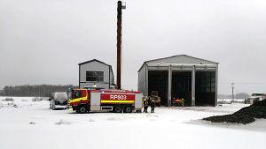 Brandbil utanför torvlaget i Närpes.