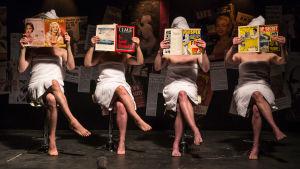 Neljä naista lukee kampaajalla lehtiä. Lavastettu kuva dokumenttielokuvasta Mansfield 66/67.