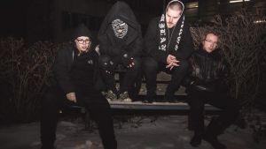 Life-yhtyeen promokuva, jossa he istuvat pimeässä puistopenkillä.