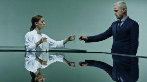 Bild från danska scifi-filmen Qeda. Skådisen på bilden heter Carsten Bjørnlund och den kvinnliga skådisen Marijana Jankovic