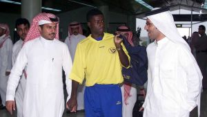 Flygplatsen i Abha ligger 200 kilometer från gränsen i norra Jemen. Här välkomnas fotbollsspelaren Edison Mendez från Ecuador då han anlände till sin nya klubb i Abha