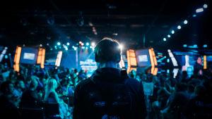 Joona Sotala kävelee kohti lavaa BlizzCon-tapahtumassa.