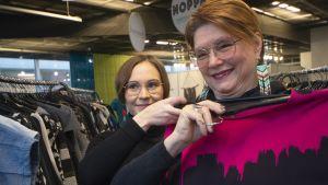 Mirja Kontio etsii piristystä pikkujouluasuun yhdessä Essi Isokosken kanssa
