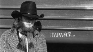 Pekka Myllykoski poseeraa stetson päässä. Arkistokuva dokumentista Mystinen metsätyömies.