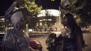 Kelet och hennes kompis står på gatan utanför restaurang DTM och pratar sent på natten.