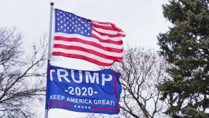 Yhdysvaltain lippu ja Donald Trumpin Keep America Great -lippu