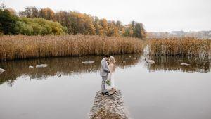 Joe ja Katri Konderla seisovat kivisellä niemellä merellä.