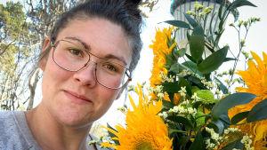 Floristi Sandra Neuman kukkakimpun kanssa