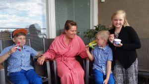 Nina Brännkärr-Friberg i sjukhuskläder tillsammans med barnen.
