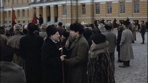 Väkijoukkoja Senaatintorilla, edessä Warren Beatty ja Diane Keaton, Punaiset-elokuva 1979