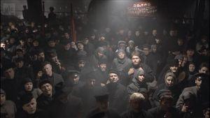 Väkijoukko kuuntelee puhujaa. Kuva elokuvasta Punaiset (1979).