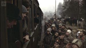 Juna asemalla, ulkona sotilaita. Kuva elokuvasta Punaiset (1981).