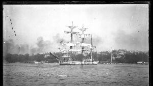 Tremastad barque med namnet MENNOCK i hamn, 1890-1909