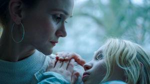 Äiti(Lisa Hagmeister) pitää Benniä (Helena Zengel) sylissään elokuvassa Systeeminmurskaaja (Systemsprenger).