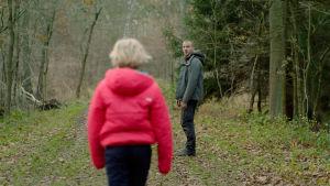 Benni (Helena Zengel) on selin kameraan kävelemässä metsätietä. Micha (Albrecht Schuch) odottaa häntä vähän edempänä ja katsoo kameraan päin. Kuva elokuvasta Systeeminmurskaaja (Systemsprenger)