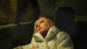 Benni (Helena Zengel) katselee taivaalle auton takaikkunasta elokuvassa Systeeminmurskaaja (Systemsprenger).
